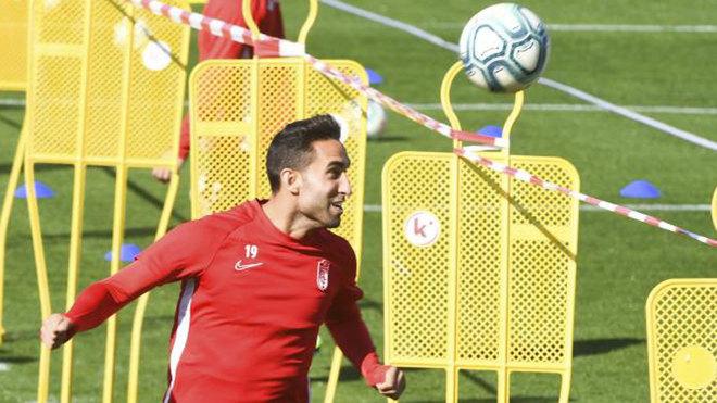 Montoro cabecea el balón en un entrenamiento con el Granada.