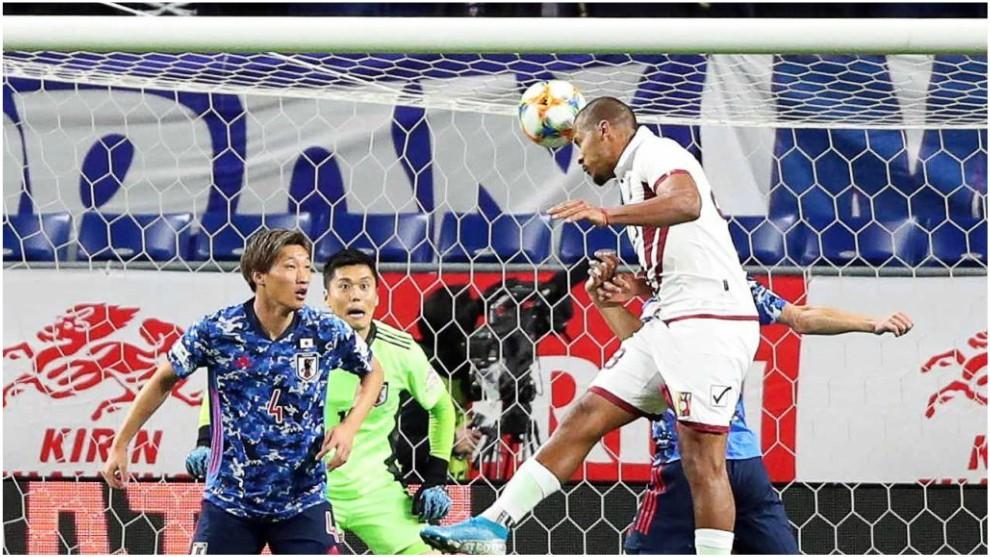 Salomón Rondón marca de cabeza un gol contra Japón.