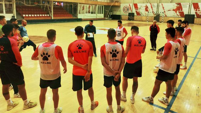 Diego Giustozzi da instrucciones durante el primer entrenamiento en...