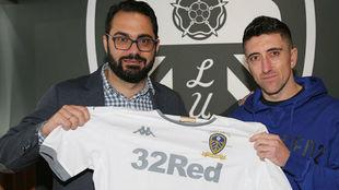 El español Víctor Orta, director deportivo del Leeds, con Pablo...