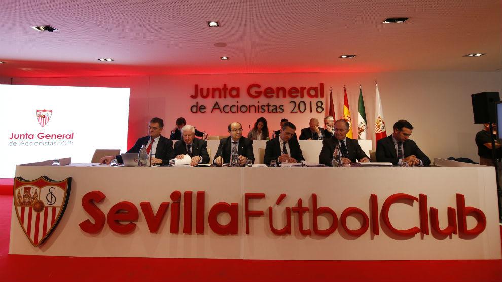 Foto del Consejo sevillista en la Junta General de Accionistas de...
