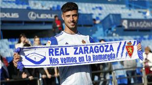 Javi Puado posa con una bufanda del Real Zaragoza en su presentación.