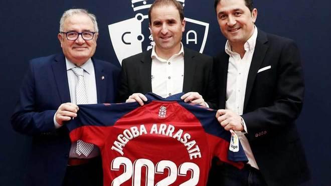 Jagoba Arrasate, junto al presidente Luis Sabalza y el director...