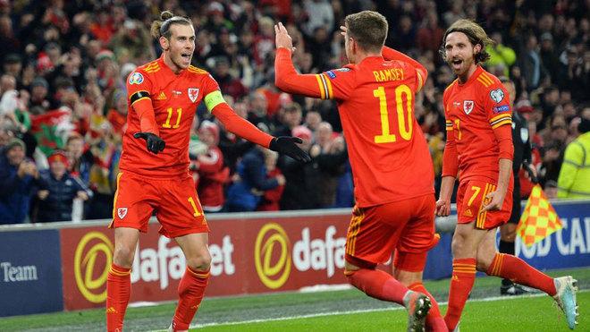 Bale, Ramsey y Allen celebran uno de los goles de Gales.
