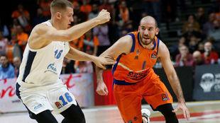 Quino Colom bota el balón ante la defensa de Vladislav Trushkin
