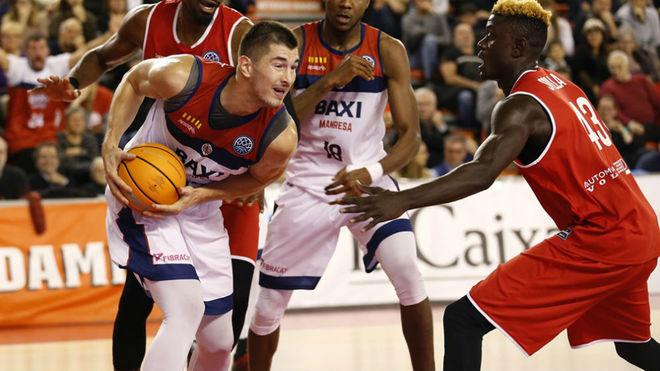 Luka Mitrovic protege el balón frente al ex madridista, Amar Sylla