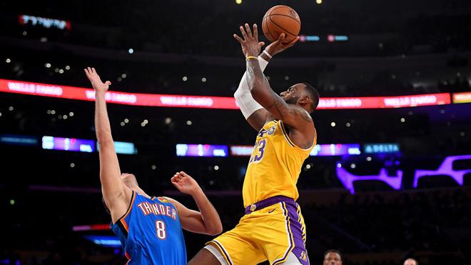 LeBron James logra récord de triple-doble