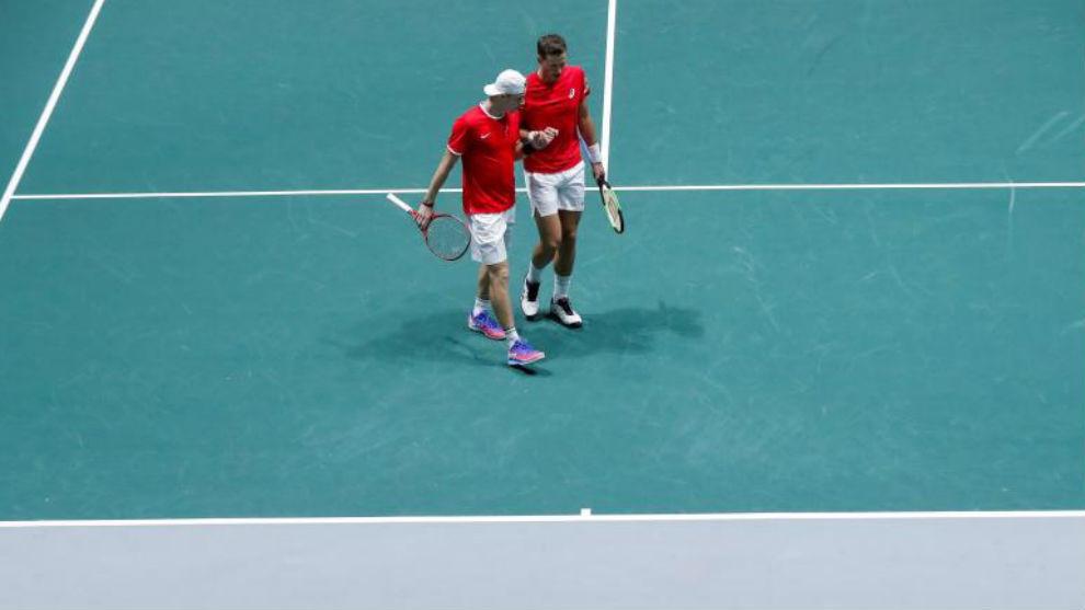 Pospisil y Shapovalov, en el dobles con Italia