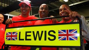 Lewis Hamilton celebra con su padre y con su hermano su título en...