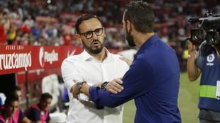 Bordalás y Machín se saludan, antes del partido en el Pizjuán.
