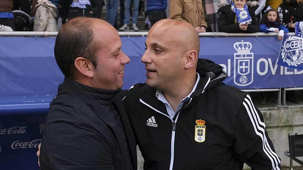 Los dos técnicos, José Alberto y Javi Rozada, se saludan antes del...