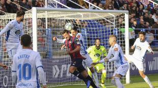 Jesús Rueda cabecea el balón en el encuentro ante el Deportivo