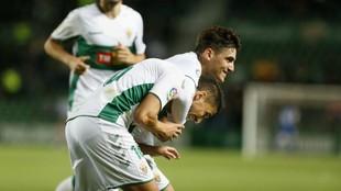 Gonzalo Villar celebra un gol con su compañero Fidel