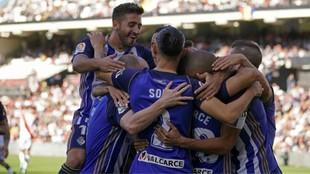 Los jugadores de la Ponfe celebran el triunfo en Vallecas