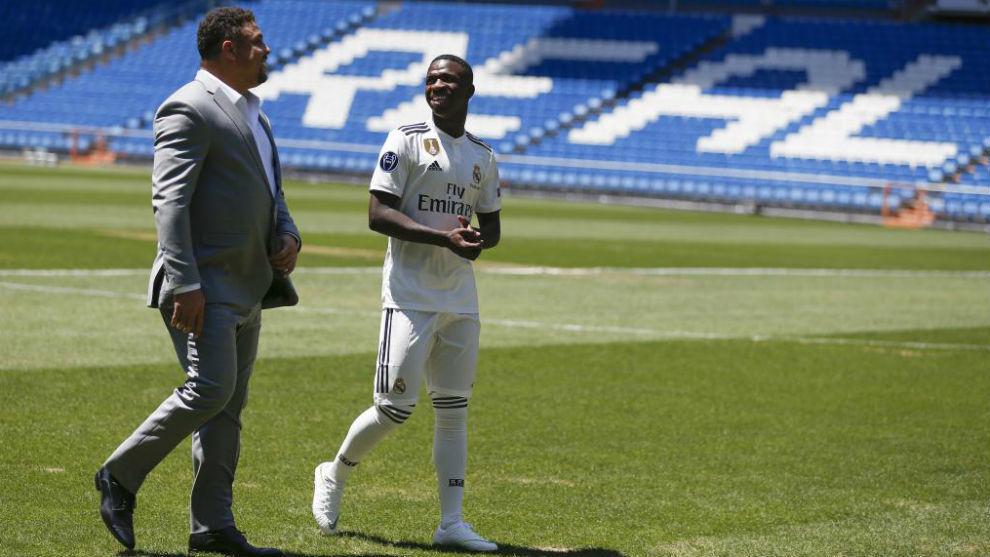 Ronaldo, con Vinícius en su presentación.