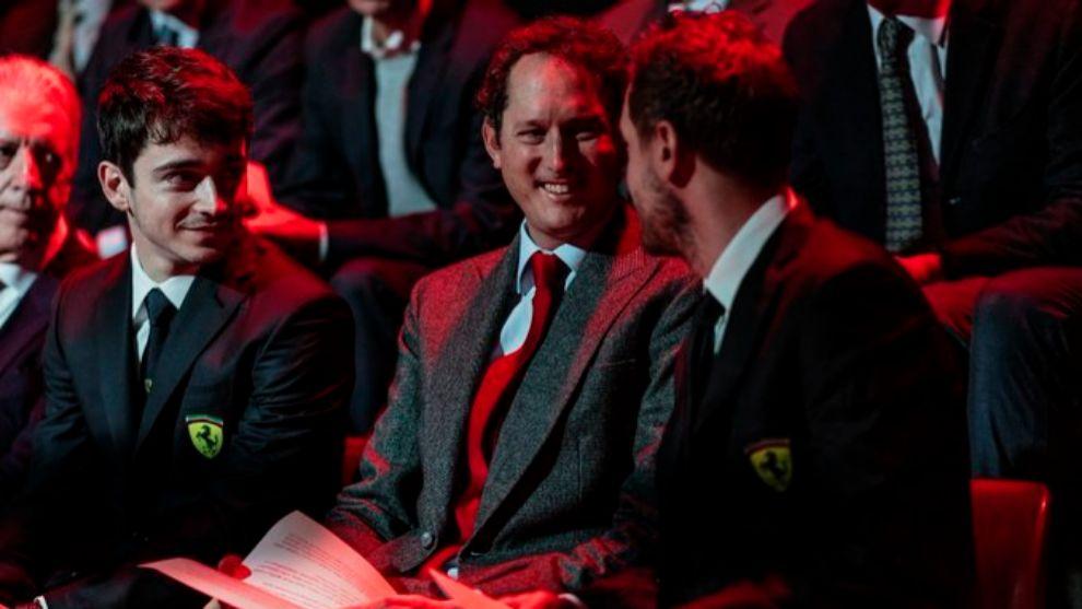 Charles Leclerc, John Elkann y Sebastian Vettel en la presentación...