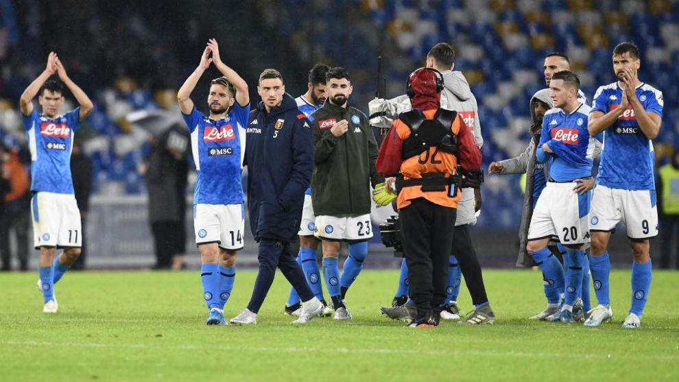 Los jugadores del Nápoles aplauden a su afición.