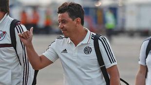 Marcelo Gallardo, técnico de River, saluda a su llegada a Lima.
