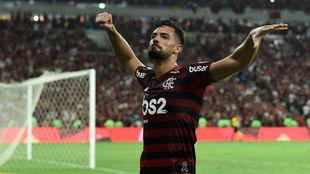 Pablo Marí celebra un gol con el Fla.