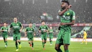 Bakambu celebra un gol con el Beijing Guoan