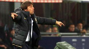 Antonio Conte da instrucciones a sus jugadores durante un partido.
