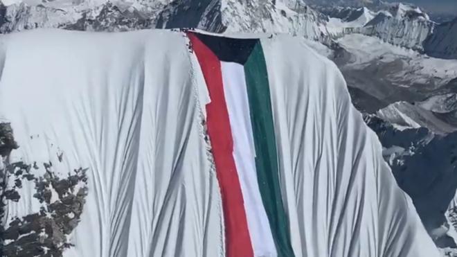 La bandera de Kuwait, desplegada en el Everest