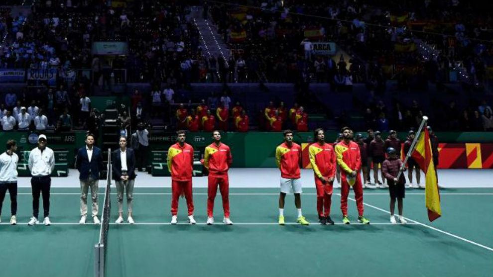 El equipo español, durante el himno