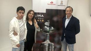 Nickollas, su madre Silvia Grecco y Enrique Arribas, del Banco...
