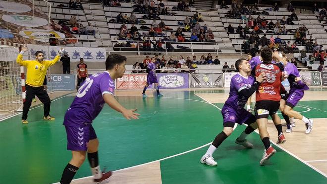 Un momento del partido entre el Huesca y el Guadalajara /