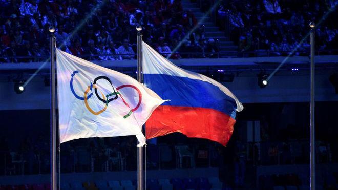 La bandera olímpica y la de Rusia.