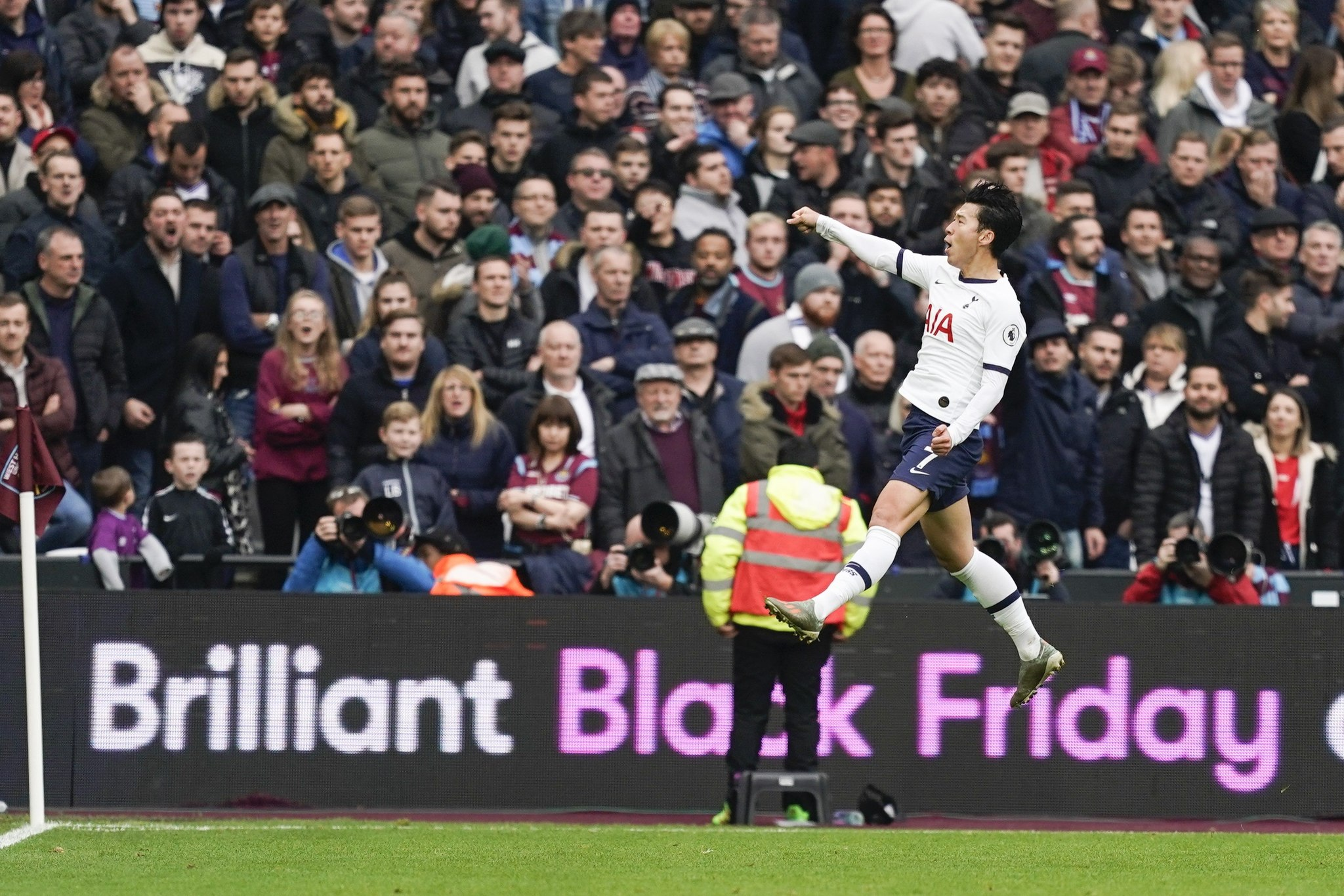 London (United Kingdom), 23/11/2019.- <HIT>Heung</HIT>-Min Son of Tottenham Hotspur celebrates after scoring during the English Premier League soccer match between West Ham United and Tottenham Hotspur in London, Britain, 23 November 2019. (Reino Unido, Londres) EFE/EPA/WILL OLIVER EDITORIAL USE ONLY. No use with unauthorized audio, video, data, fixture lists, club/league logos or live services. Online in-match use limited to 120 images, no video emulation. No use in betting, games or single club/league/player publications