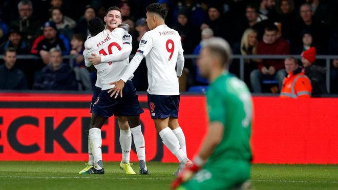 Robertson, Firmino y Mané celebran el gol del senegalés.
