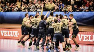 Los jugadores del Bidasoa celebran el empate.