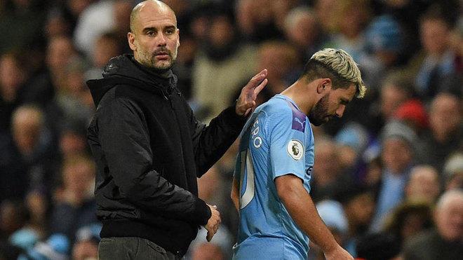 Guardiola consuela a Agüero tras ser sustituido.