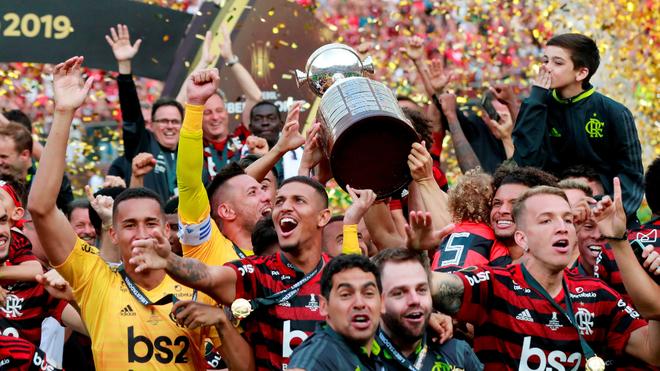 Flamengo levantando la Copa Libertadores 2019.