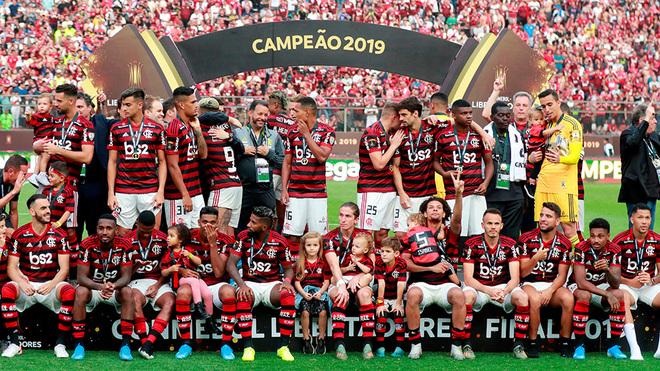 Los jugadores del Flamengo antes de levantar su trofeo.