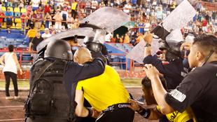 Los árbitros del partido tuvieron que ser protegidos por los cuerpos...