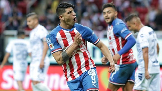Alan Pulido celebrando un gol de las Chivas.