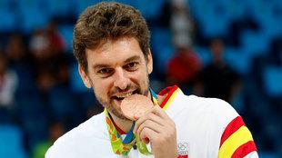 Pau Gasol muerde la medalla de bronce conquistada en Río 2016