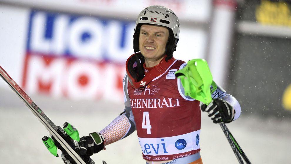 Henrik Kristoffersen celebra su primera victoria de la temporada en el...