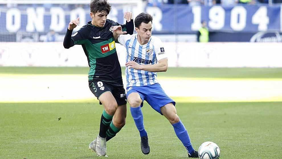 Gonzalo Villar y  Juanpi disputan un balón en La Rosaleda