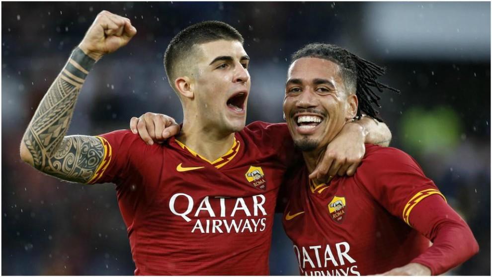 Smalling y Mancini celebran el segundo gol de la Roma.