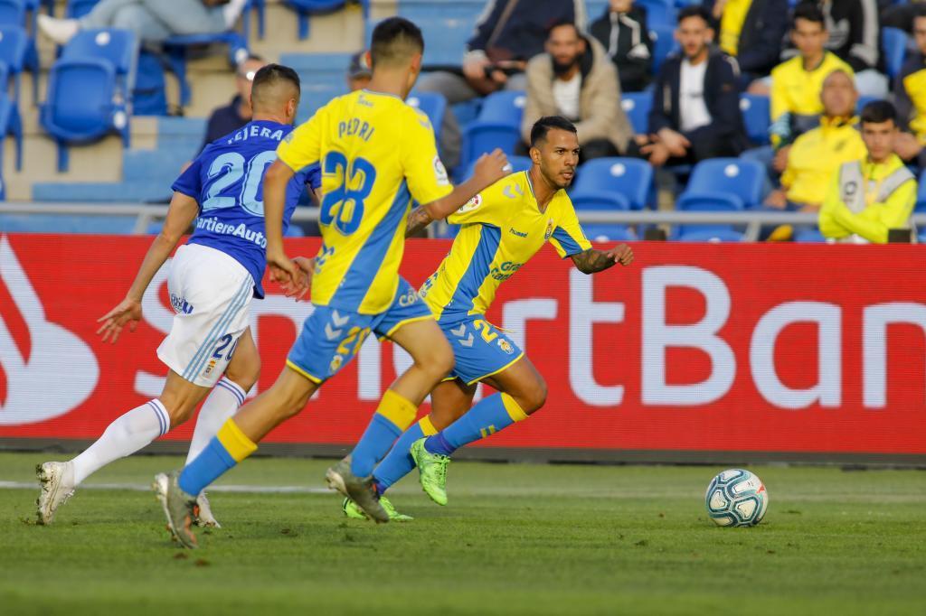 Jonathan Viera, que completó la goleada con sendos goles, conduce el...