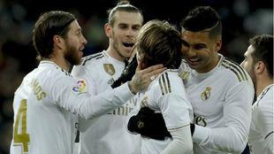 Los jugadores del Real Madrid celebran el gol de Modric ante la Real.