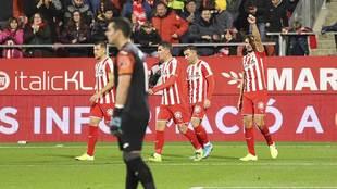 Stuani celebra uno de sus dos goles ante la decepción de Biel Ribas