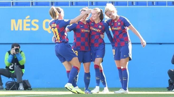 Las jugadoras del Barcelona celebran uno de los seis goles anotados...