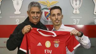 Alejandro Grimaldo, con el presidente del Benfica Luís Filipe Vieira.