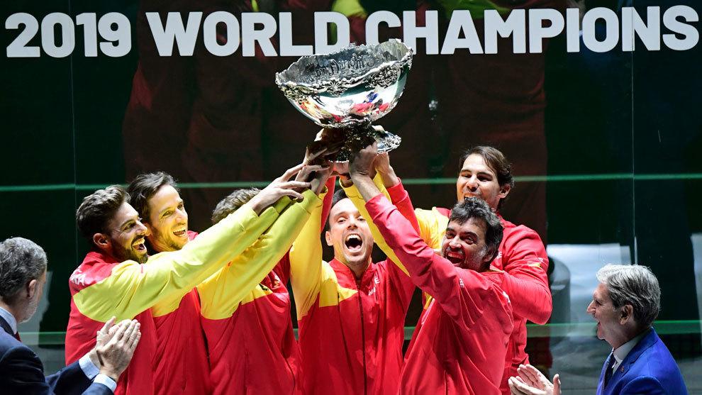 El equipo español levanta el trofeo de campeón de la Copa Davis 2019