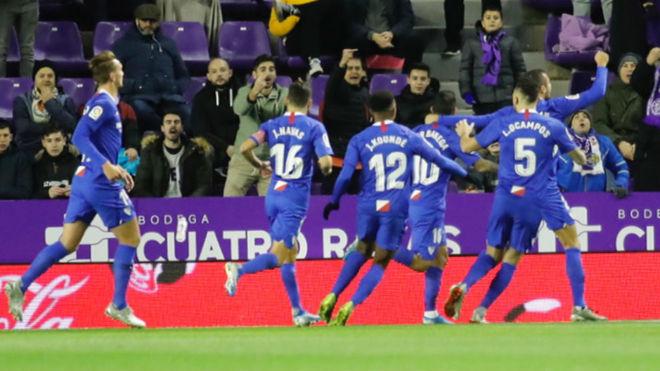 Los jugadores del Sevilla celebran el tanto de penalti de Banega