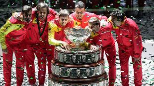Sergi Bruguera, disfrutando junto a su equipo con la sexta Ensaladera...